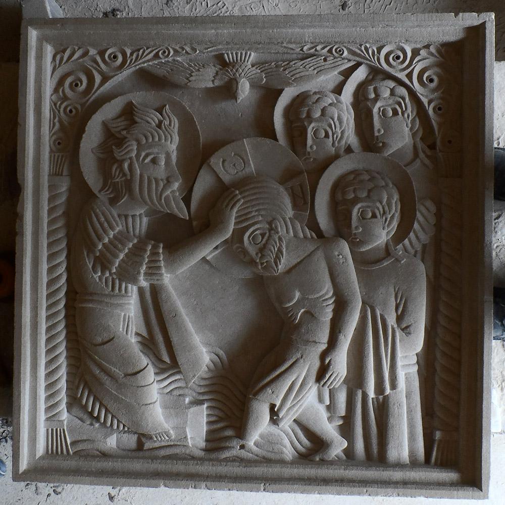 """Moyen-relief représentant le baptême du Christ d'après l'iconographie orthodoxe. On y voit saint Jean Baptiste à côté du Christ, 3 anges derrière ce dernier et l'Esprit Saint """"sous forme d'une colombe""""."""