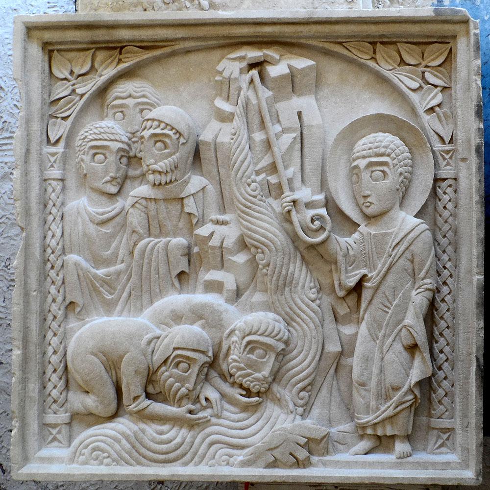 Moyen-relief représentant Moïse purifiant une source amère jaillissant d'un rocher en la frappant avec son bâton. Des israélites boivent et d'autres attendent derrière eux.