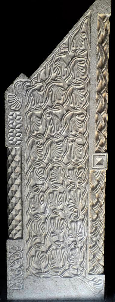 Vue d'ensemble d'un côté du 2ème pupître à icônes. Motif floral entrelacé, un autre motif floral plus petit en bas à gauche et des éléments géométriques en hauteur.