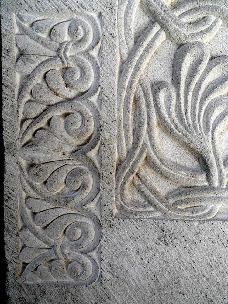 Détails d'un petit motif végétal situé en bas du pupître