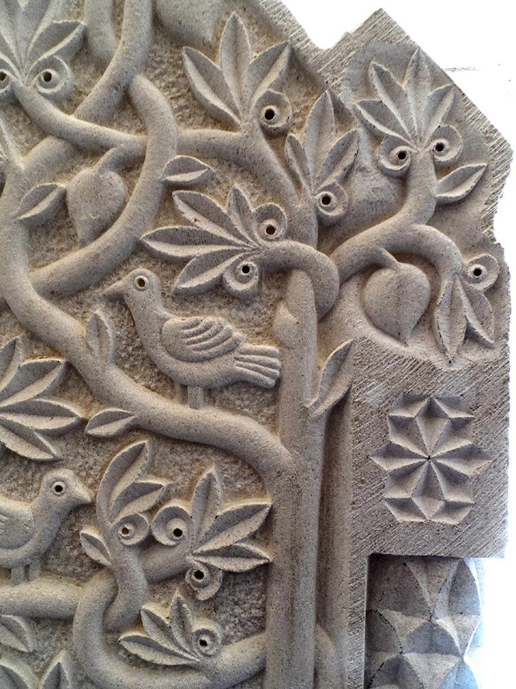 Hauteurs des arbres aux branches entremêlées sur lesquelles on trouve des fruits et des oiseaux. Petit motif géométrique gravé en forme d'étoile sur le côté.