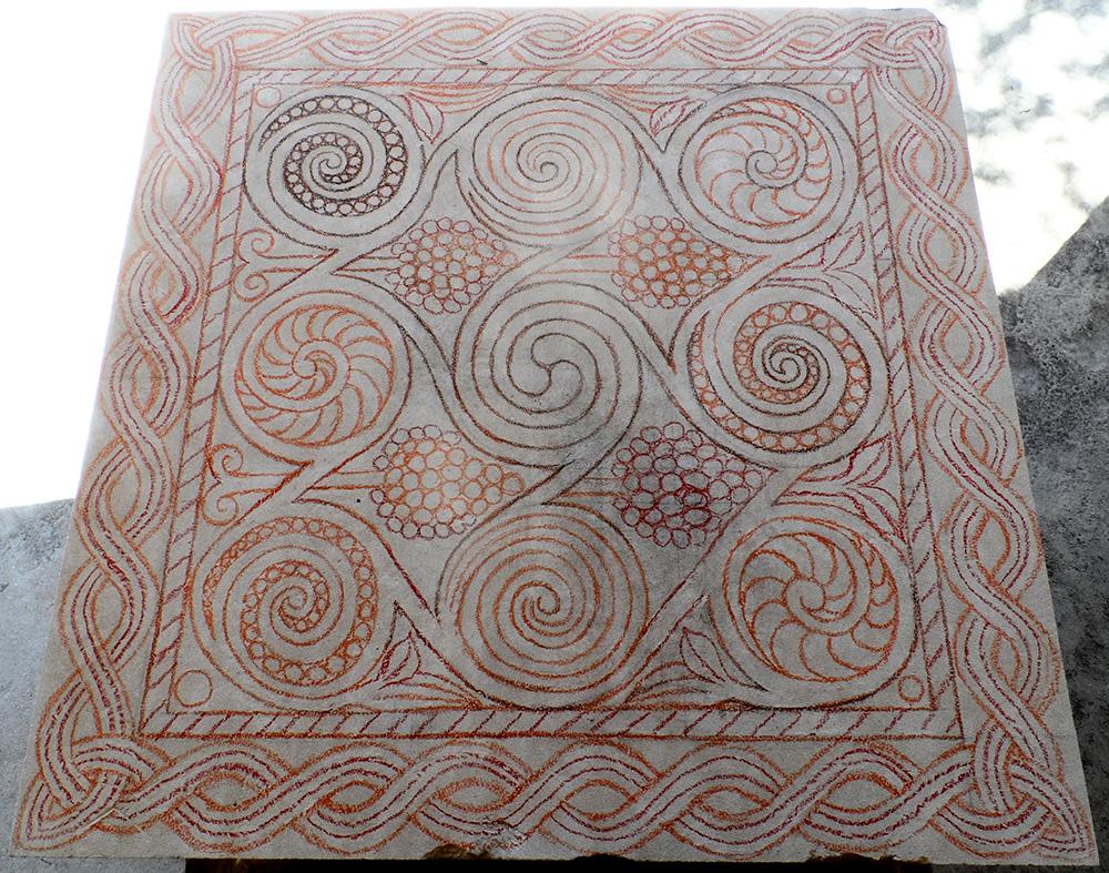 Tracé directement sur la pierre comportant un entrelacs, des spirales et des motifs végétaux.