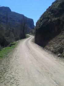 Camino y rocas