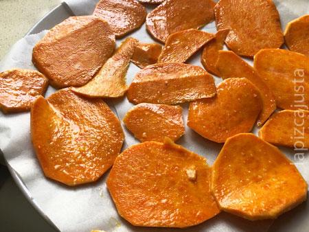 chips de boniato en el plato