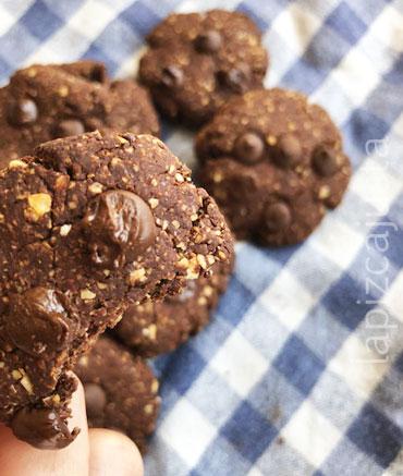galletas de avena y cacao con chips de chocolate mordida