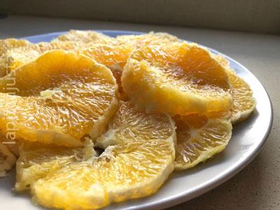 plato de naranjas cortadas a rodajas