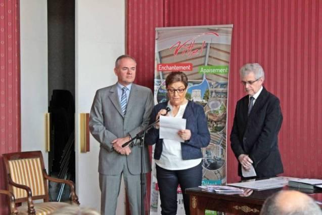 Au centre: Anne-Marie Adam