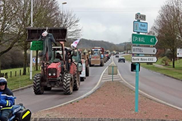 Arrivée des tracteurs au rond point de l'Intermarché