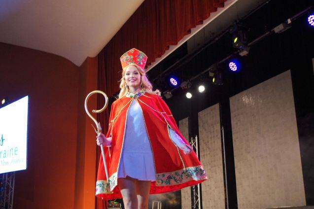 Cloé Cirelli en costume de Saint-Nicolas qui a été primé lors de Miss France.