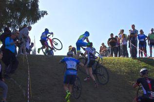 Première difficulté de ce parcours de cyclo-cross.