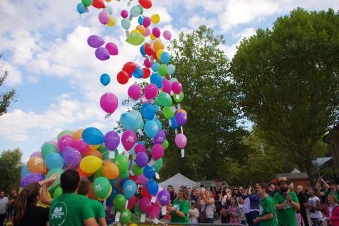 Le traditionnel lâcher de ballons et les messages d'espoir qui sont joints.