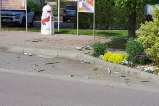 Des débris éparpillés ici-et-là, même de l'autre côté de la rue.