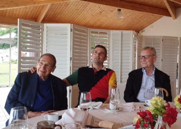 Robert Hossein avec le maire Franck Perry (au centre) et Guy de la Motte Bouloumié à l'hippodrome de Vittel