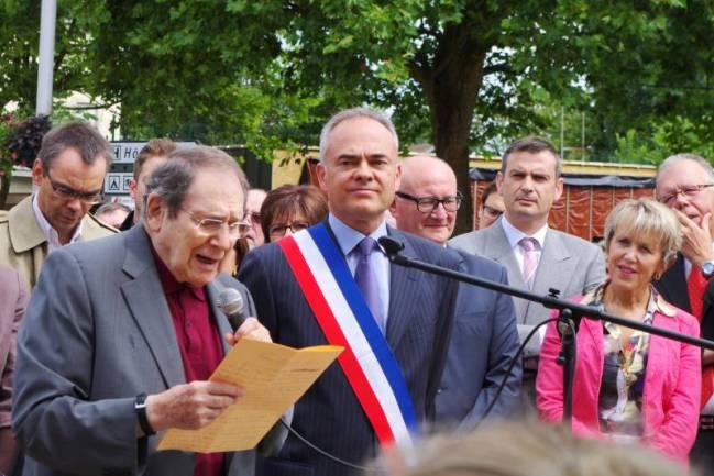 Robert Hossein au côté de Jean-Jacques Gaultier (alors maire de Vittel), lors de l'inauguration du square qui porte son nom.