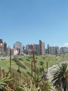 La Torre vista desde la costa, escondida entre edificios