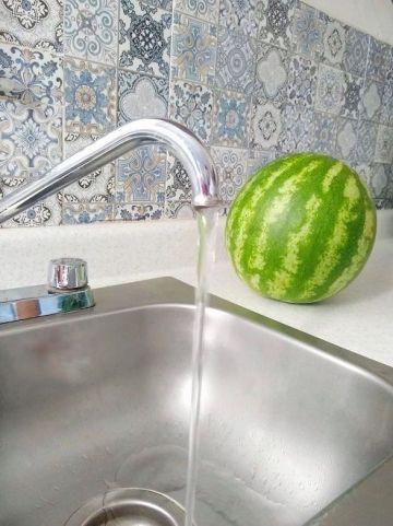 llave abierta agua saliendo del grifo y cayendo en el fregadero