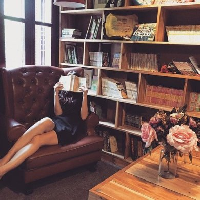 Mujer leyendo biblioteca