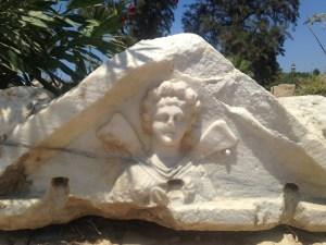 Personnage ailé, sur un sarcophage de Tyr