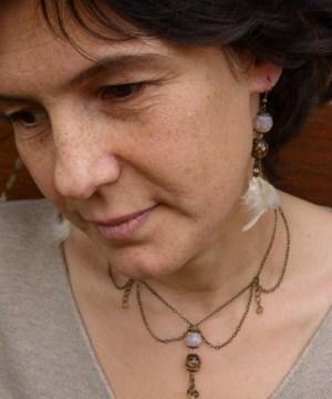 Boucles d'oreilles reflet «d'or et de lumière»… et de plume