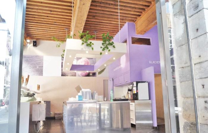 Une mezzanine dans un local commercial : le cube mauve construit dans l'angle
