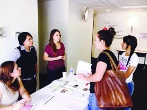 Jóvenes mexicanos reciben apoyo para beneficiarse del programa DACA, en el Consulado General de México en Denver.