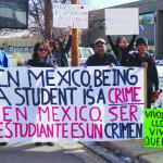 Frente al Consulado General de México en Denver un grupo de mexicanos organizaron su cuarta protesta en apoyo de las familias de los estudiantes desaparecidos de Ayotzinapa. (Fotos de Germán González)