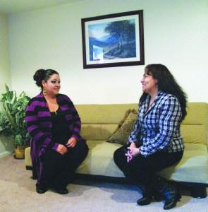 Reyna Zarate y Nilida Jiméndez, durante la entrevista con La Prensa de Colorado. (Foto de Germán González)