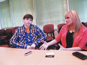 Juanito durante la entrevista, comparte el momento con su mamá Maritza Vega.