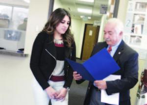 Evelyn Vargas Villalobos y el Cónsul Carlos J. Bello. Entregando la primera acta de nacimiento.