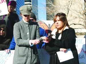 Jennifer Piper y Ana, esposa de Arturo, sosteniendo el micrófono mientras éste último hablaba desde el Santuario donde se ubica refugiado.  (Fotos de Germán González)