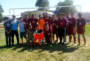 Intengrantes del equipo de fútbol soccer de la escuela Victory Preparatory Academy y el tecnico Michael Washington.