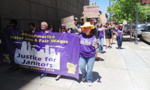 En pleno centro de Denver, decenas de trabajadores conocidos como janitor's y familias marcharon para dar a conocer su situación laboral. (Fotos/LPDC Germán González).