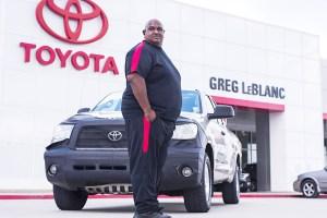 Victor Sheppard frente a su camioneta Toyota Tundra 2007 que recorrió ¡Más de un millón de millas!  (Foto cortesía de Toyota).