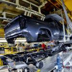 En un ambiente seguro son colocadas las piezas de las camionetas, dependiendo en la línea que han sido colocadas.
