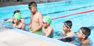 Que los niños sepan flotar o nadar bien, es clave para su seguridad, afirma la entrenadora Yoli Casas.