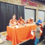 Jugadores de los Broncos de Denver compartiendo con sus fans.