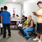 Esperando la oportunidad para recibir la vacuna contra la gripe.. (Fotos:LPDC/ Joel R. Flores)