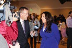 Se aprovechaba su presencia. La Representante Crisanta Durán era entrevistada.
