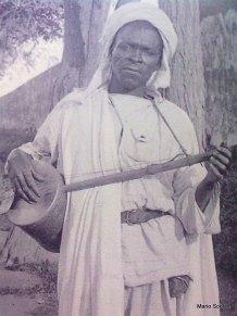 Joueur de guembri à Tunis vers 1900
