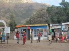 """Niños jugando en la """"calle de las tiendas"""""""