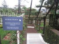 Escalera que lleva a las fosas comunes