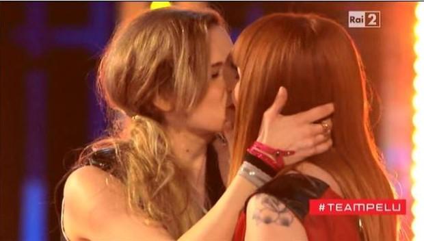 the-voice-2-bacio-lesbo-battle – Copia