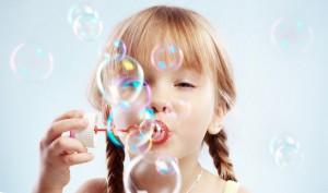 bambina-bimba-bolle-di-sapone-gioco-300×177