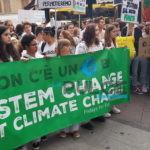 'Ci avete rotto i polmoni', studenti in piazza per un mondo migliore