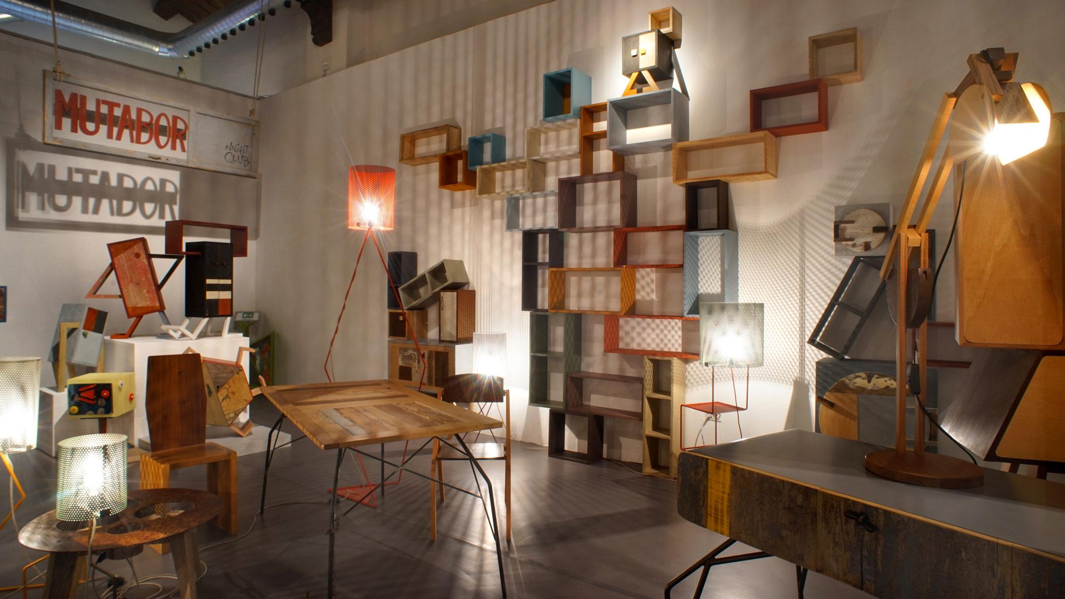 Parete con scatole di legno colorate su misura a mano