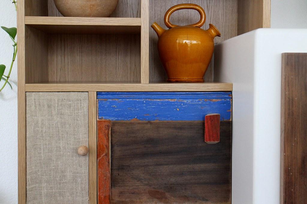 Soluzioni alternative e artigianali per parete attrezzata sala in legno di recupero, stoffa, juta, legno colorato