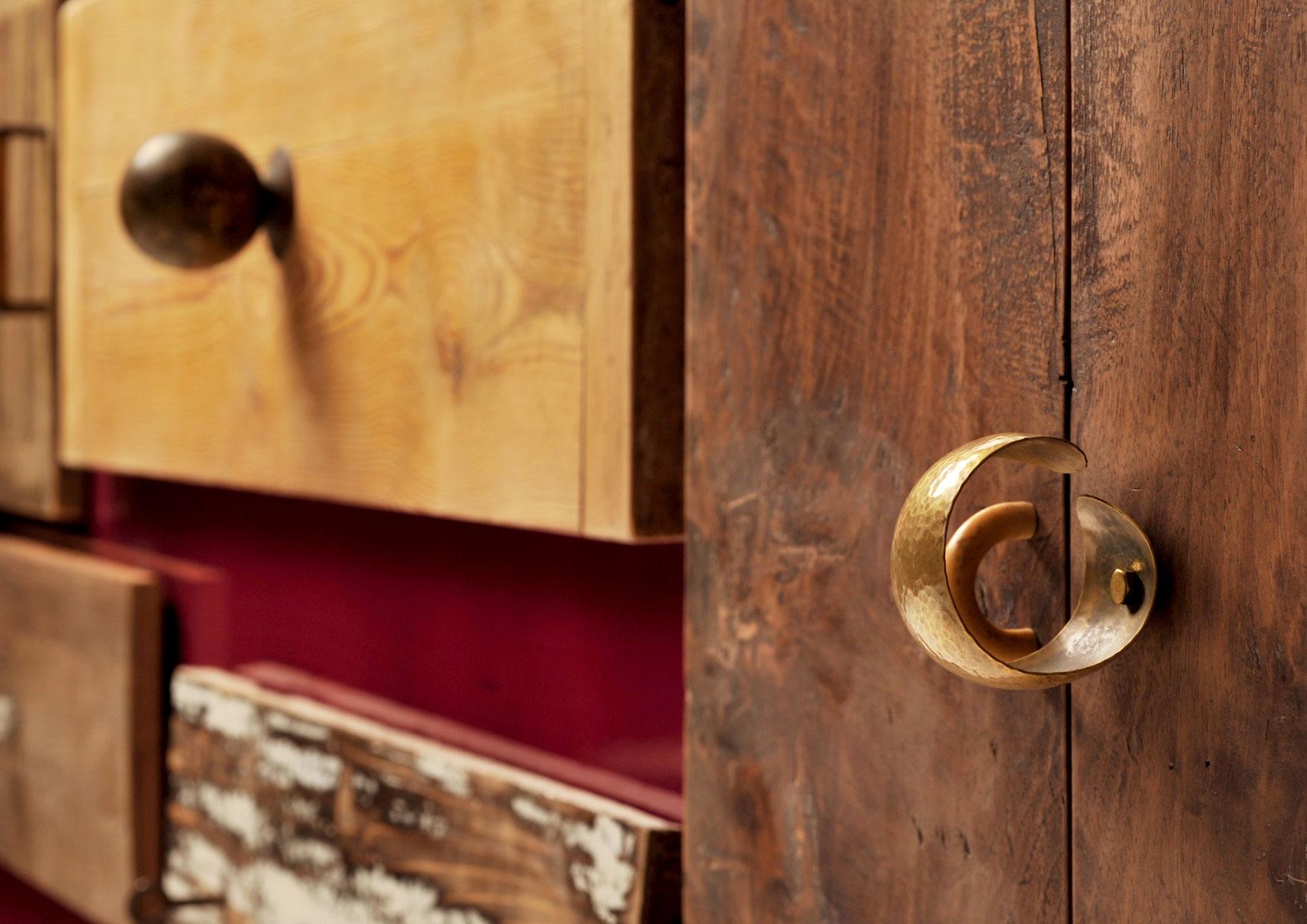Credenza su misura con struttura laccata lucida tra il bordeaux e il violaceo e cassetti di legno vintage scrostato.