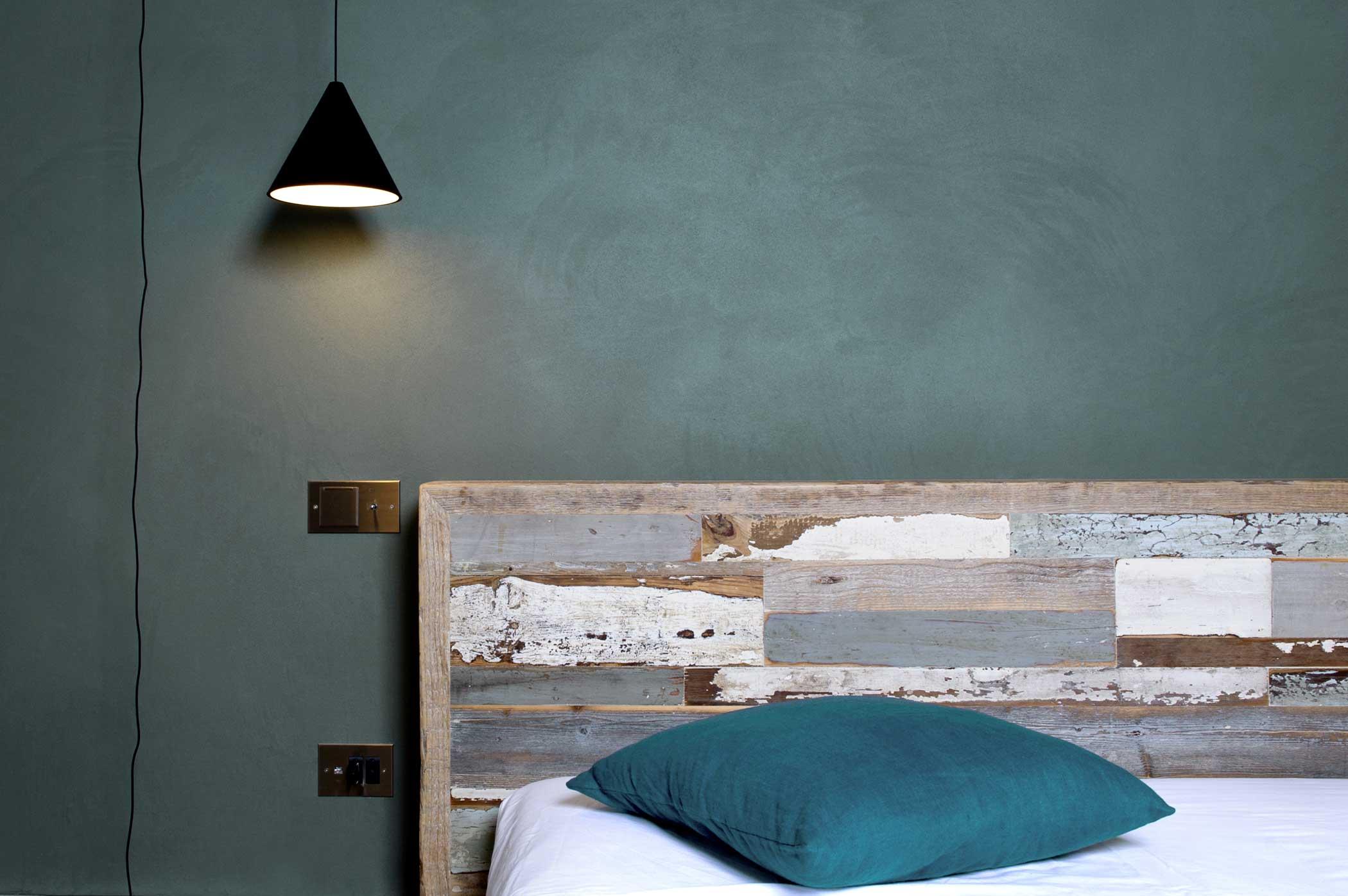 Struttura letto artigianale con legni di recupero blu e legno vintage
