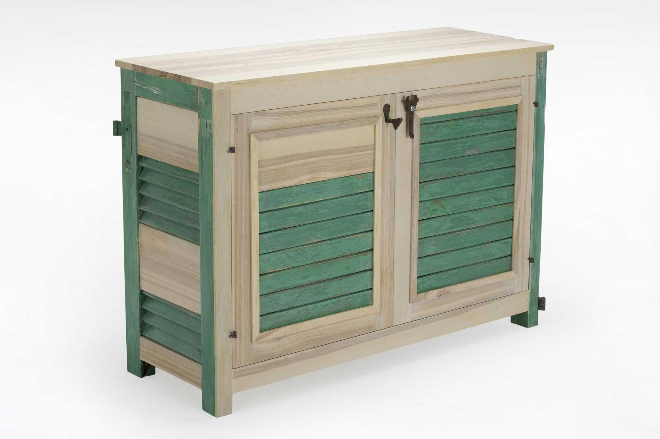 Credenza con struttura mista di legni masselli e legni di recupero. Il lato della credenza è composto da una parte di vecchia persiana verde con cardini a vista.