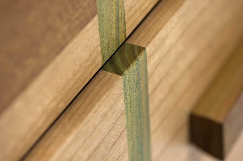 Credenza vintage con ante e vani a giorno. La finitura della struttura è una resina color grigio cemento. Il legno di recupero è sui toni del verde e beige.
